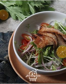 日式料理1:柚子醋香煎豬肉沙拉/香濃黑咖哩醬/薄皮水嫩炸雞/韓式辣醬炸雞(可辣可不辣)/海鹽起司奶昔茶