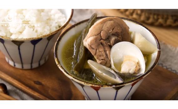 只要剝皮辣椒、嫩薑和醬油,就可煮出一鍋微辣甘甜不油膩~剝皮辣椒竹筍蛤蜊雞湯